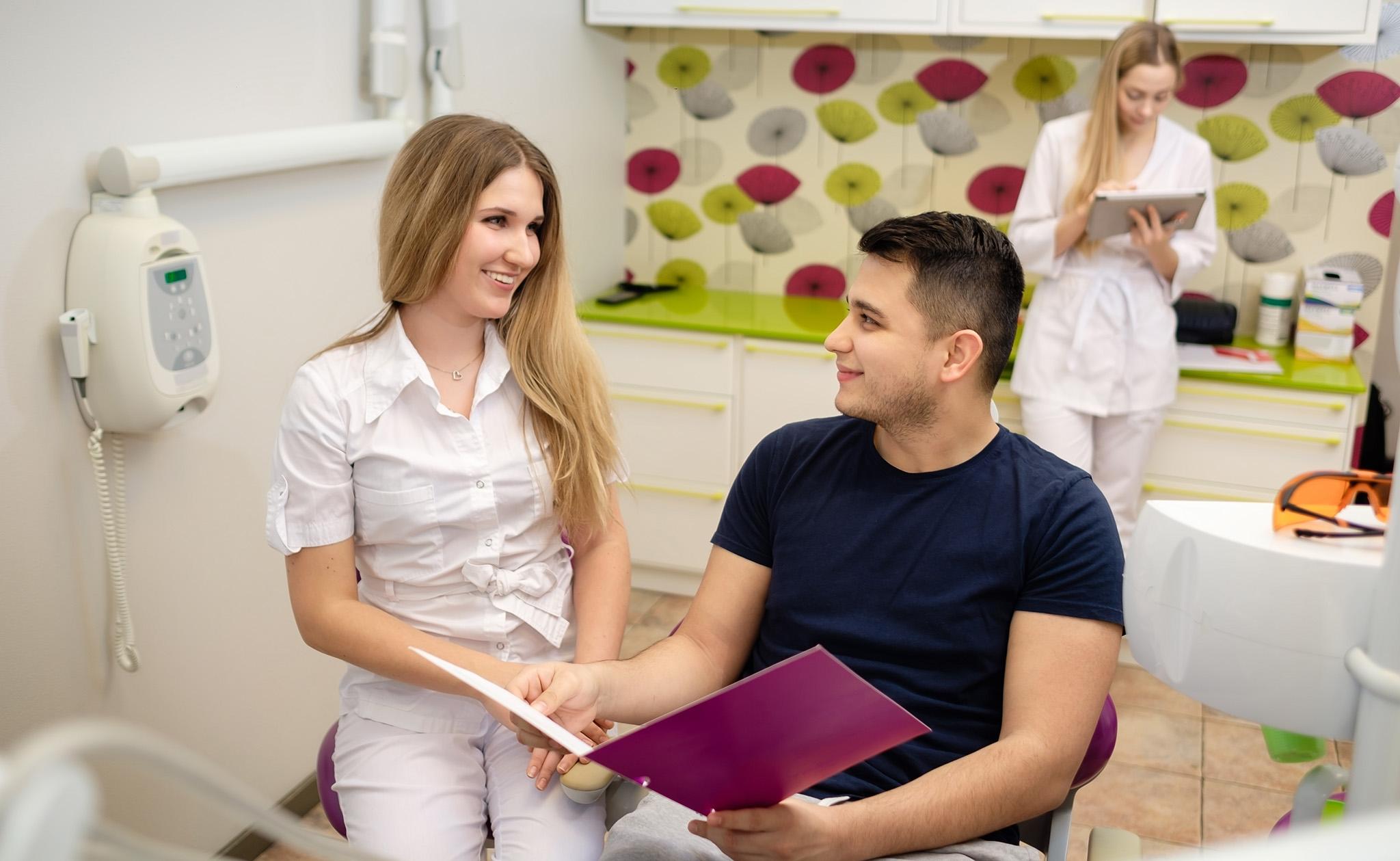 zobārsts konsultē pacientu