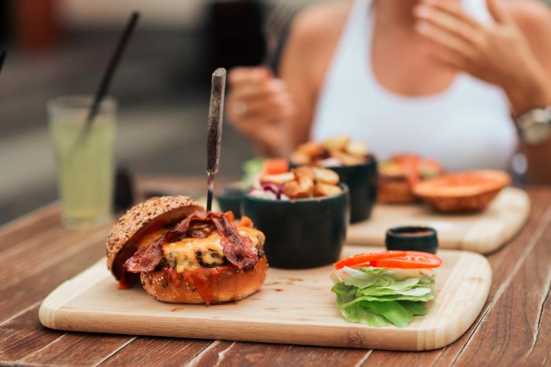 uz galda atstāti gardi burgeri